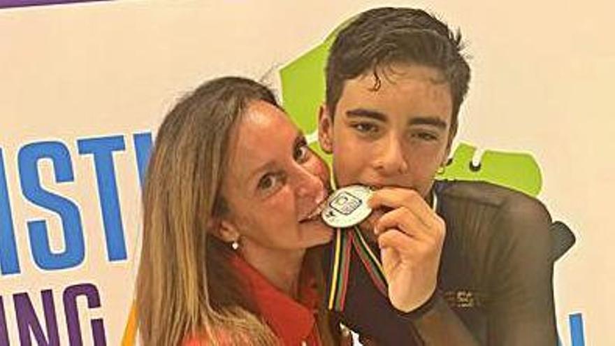Cereijo, con su entrenadora del Maxia, Rosa García. |   // L.O.