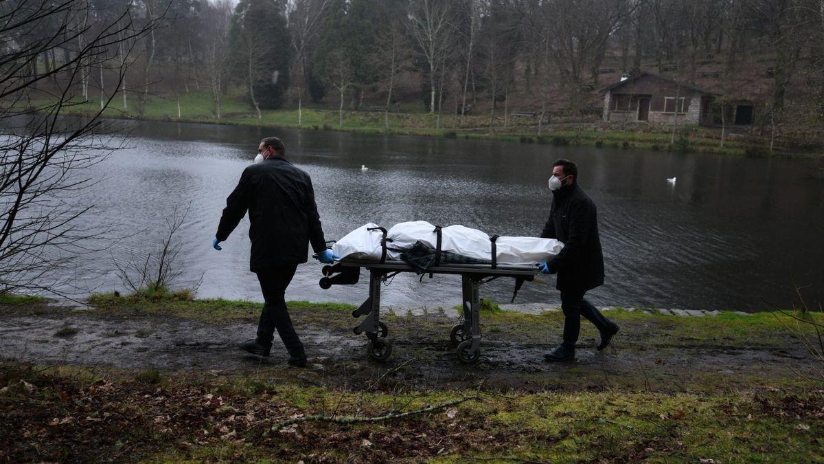 Retirada del cuerpo hallado en el lago Castiñeiras.