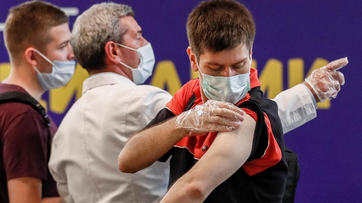 Las campañas de vacunación se redoblan en Rusia por el avance de la variante delta del coronavirus.