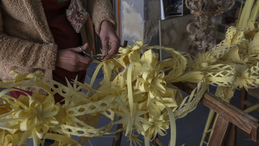 El Ayuntamiento de Elche y colectivos animan a comprar palma blanca y colgarla en los balcones el Domingo de Ramos