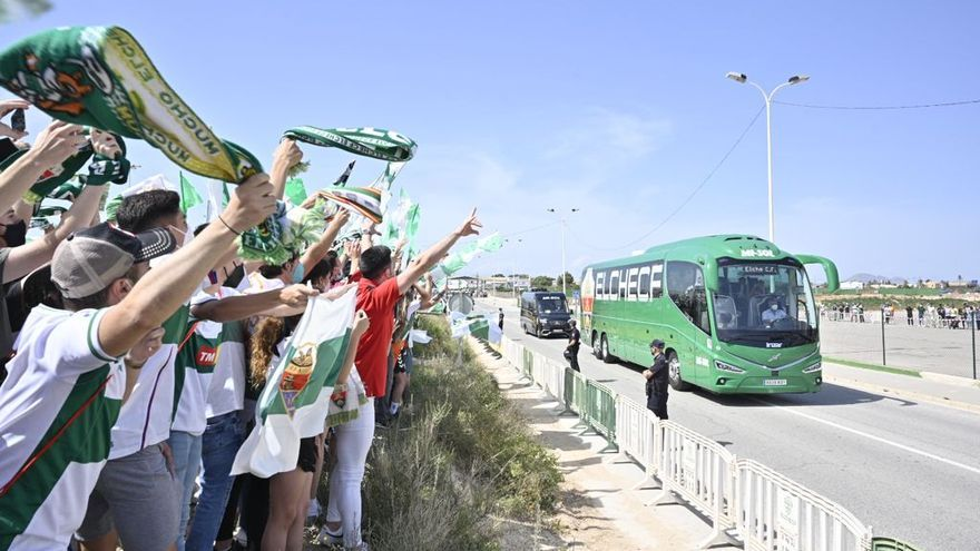 La afición recibe al Elche en su llegada al Martínez Valero