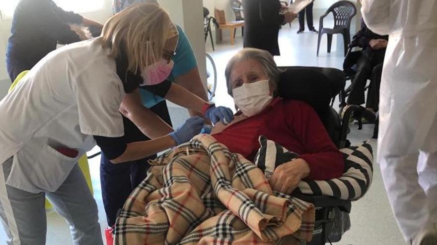 La vacuna del covid propicia un feliz reencuentro entre madre e hija en el geriátrico de Petrer