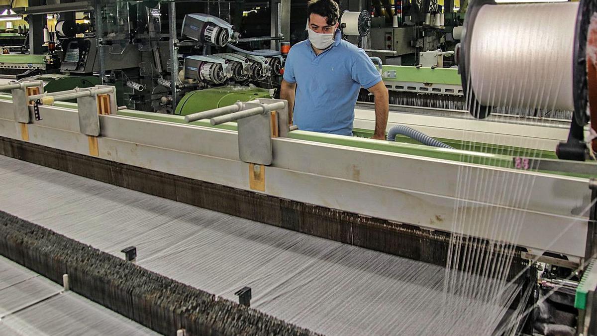 Fabricación de tela para mascarillas en la empresa Comersan, situada en Cocentaina.