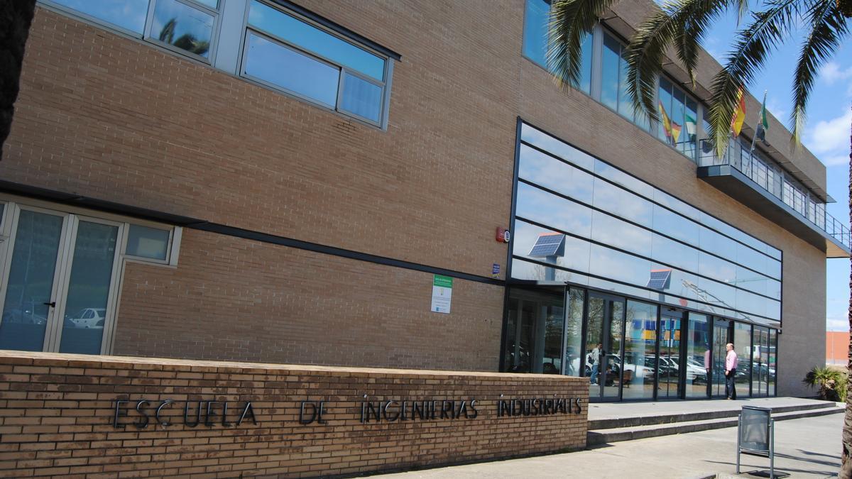 Exterior de la Escuela de Ingenierías Industriales, en el campus de Badajoz.