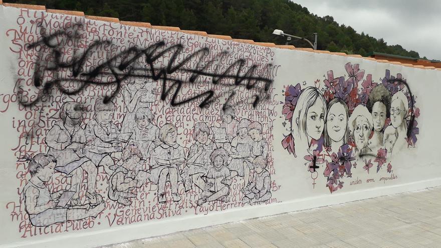 Destrozan un mural feminista en Eslida pocas horas después de finalizarlo