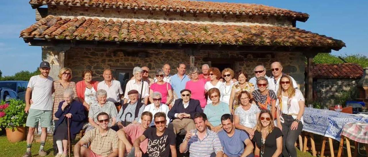 La familia de José Cuadriello y Laudelina García reunida en el monte de Vallobil (Parres).