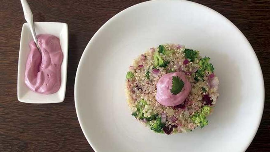 Ensalada de quinoa con sojanesa de remolacha