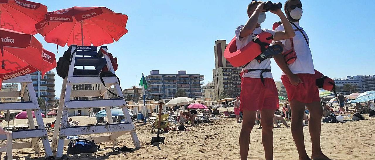 Dos vigilantes-socorristas de la Cruz Roja, en la playa Nord de Gandia, este verano.                                   josep camacho