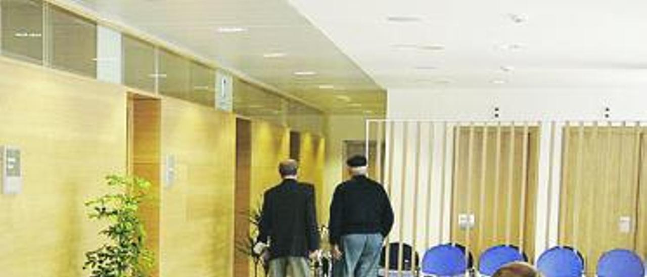 Usuarios del centro de salud de Sama.