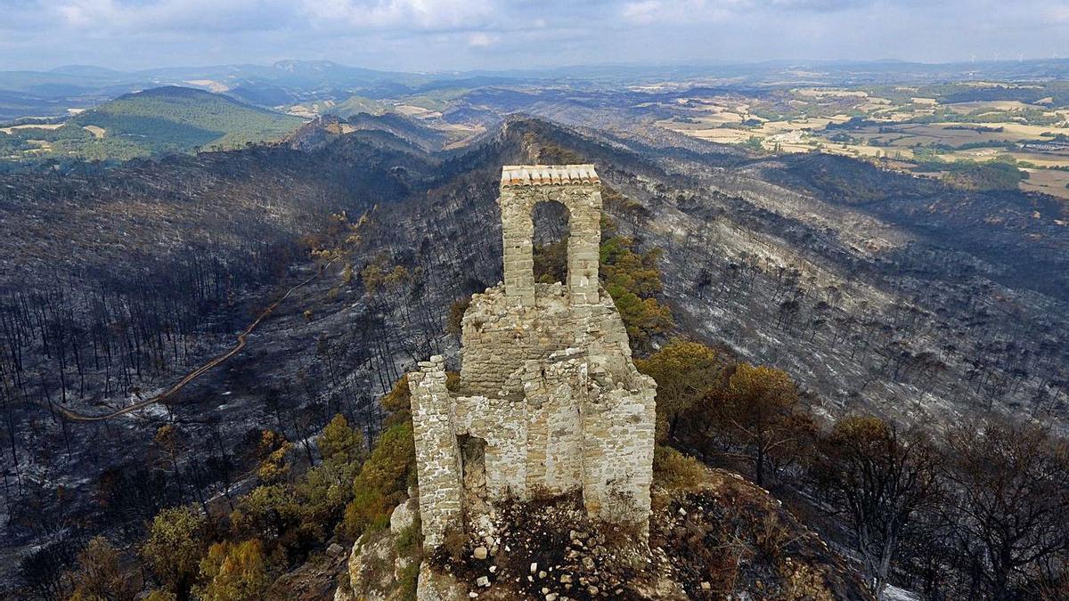 El castell de Queralt, que es va salvar de les flames, envoltat pel bosc cremat   ACN