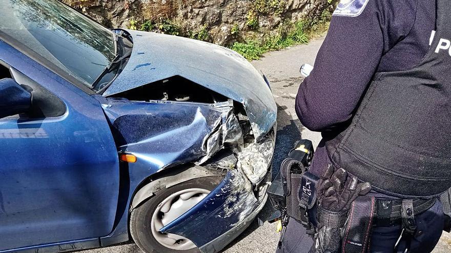 Un conductor borracho y sin cinturón se empotra contra una casa en Poio
