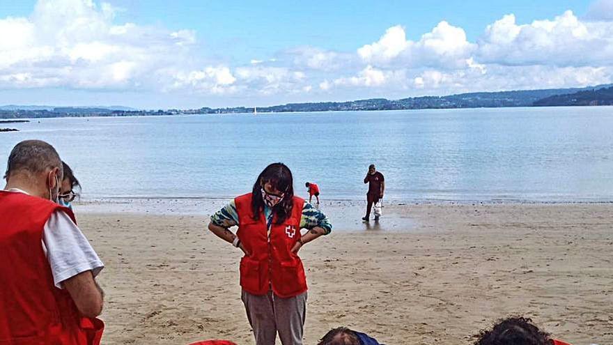 Retirada de basura del mar en la playa de Morazón