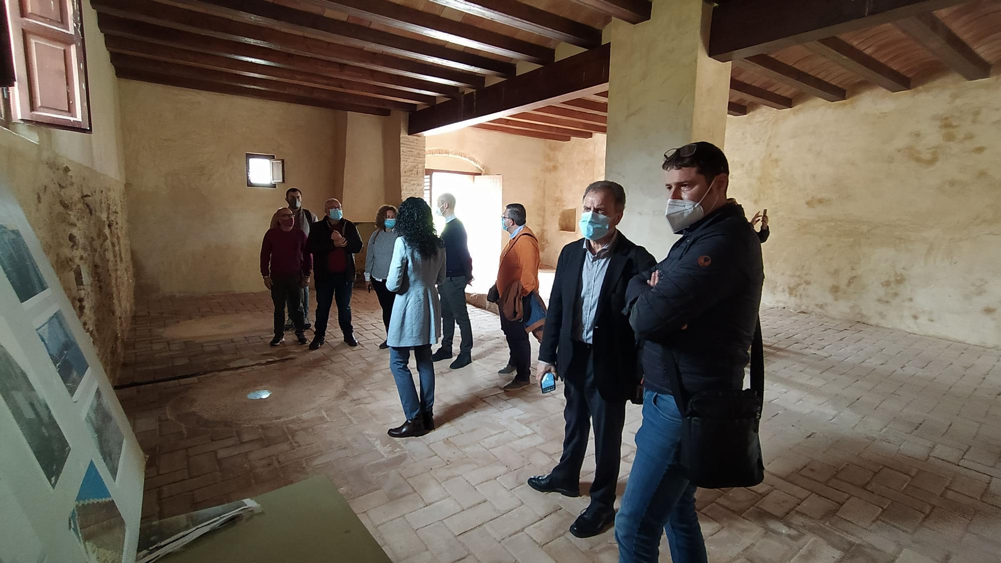 Visita de las autoridades al molino para conocer el proyecto para convertirlo en polo de atracción turística