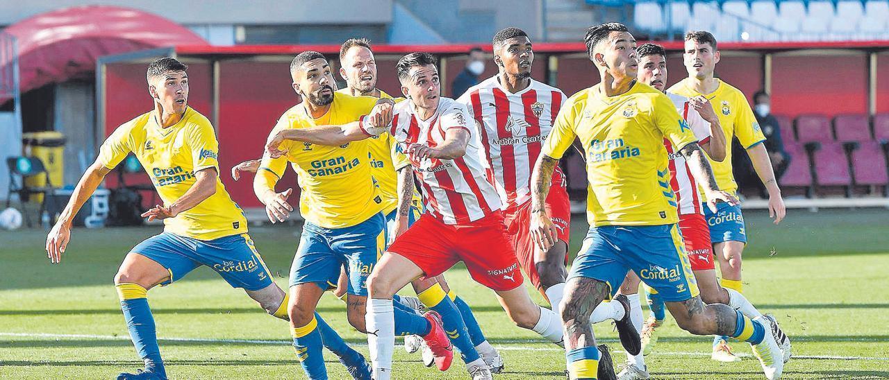 Cardona, Álex Suárez y Sergio Araujo, entre otros futbolistas, defiende una jugada a balón parado por parte del Almería.