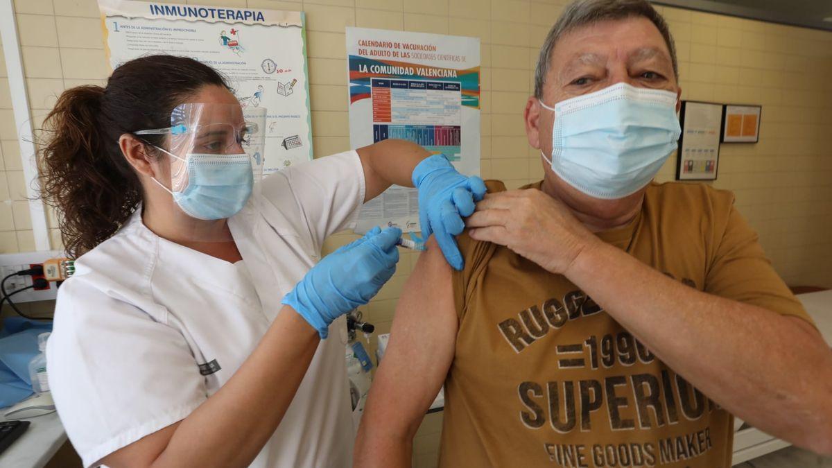 Un hombre se pone la vacuna de la gripe en una imagen de archivo