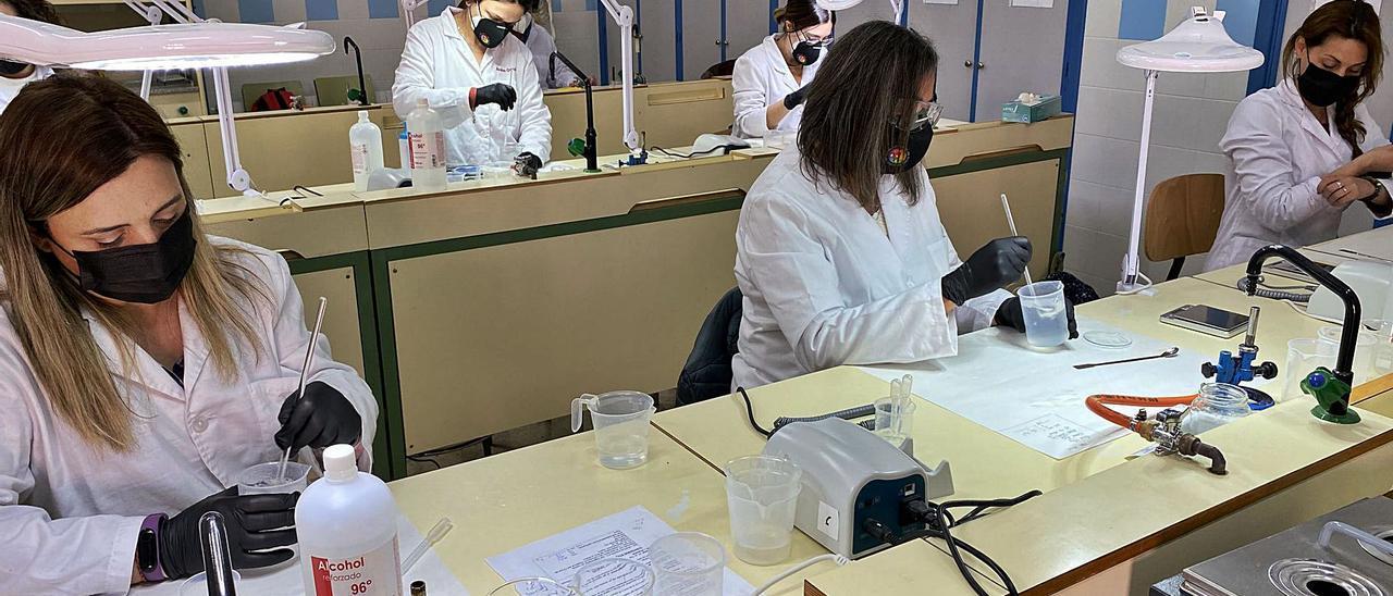 Alumnas del ciclo formativo de Farmacia y Parafarmacia del IES La Melva elaborando los quince litros de gel hidroalcohólico.   INFORMACIÓN