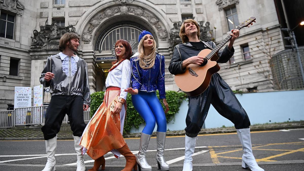 Actores y actrices del musical 'Abbamania', que vuelve este lunes a escena en Londres tras un año de parón por la pandemia.