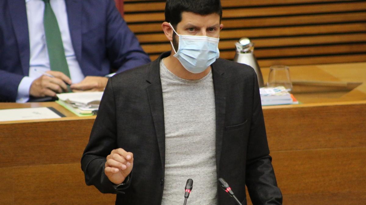 El diputado de Compromís Carles Esteve en una intervención en las Corts