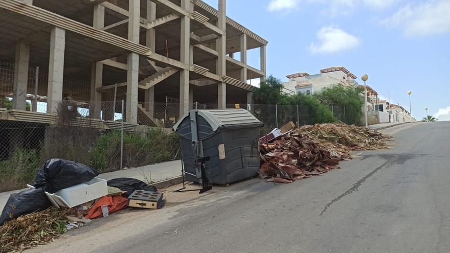 Podas y enseres acumulados en un punto de vertido en la urbanización La Zenia de Orihuela Costa. Los restos llevan semanas sin ser retirados por los servicios de limpieza