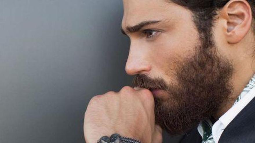 El secreto profesional que esconde (en la vida real) el protagonista de Erkenci Kus, la serie turca de moda