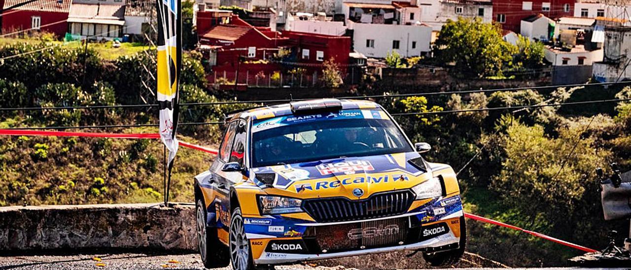 """El Skoda Fabia R5 de """"Cohete"""" Suárez, """"volando"""" en un tramo del rally Islas Canarias.   CERA"""