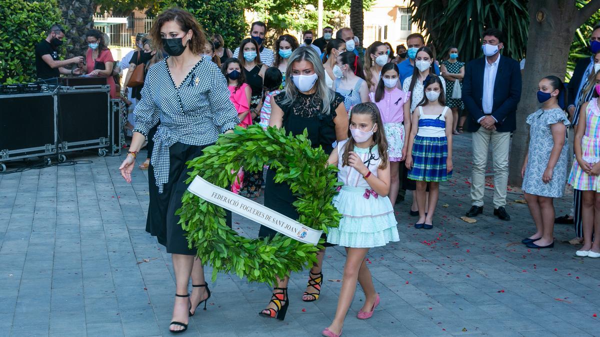 La Bellea Infantil, Valeria Gómez, porta junto a la presidenta festera y la vicealcaldesa una corona de laurel