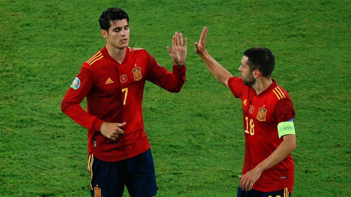 Alvaro Morata saluda a Jordi Alba antes de abandonar el campo en el España-Suecia de la Eurocopa 2020.