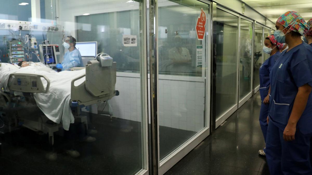 Atención sanitaria a un enfermo de Covid-19 en el Hospital del Mar de Barcelona.