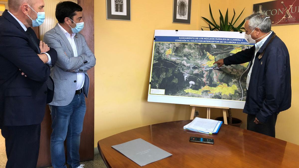 Por la izquierda, el vicepresidente del Principado Juan Cofiño y el Alcalde de Llanera Gerardo Sanz siguen las explicaciones del técnico