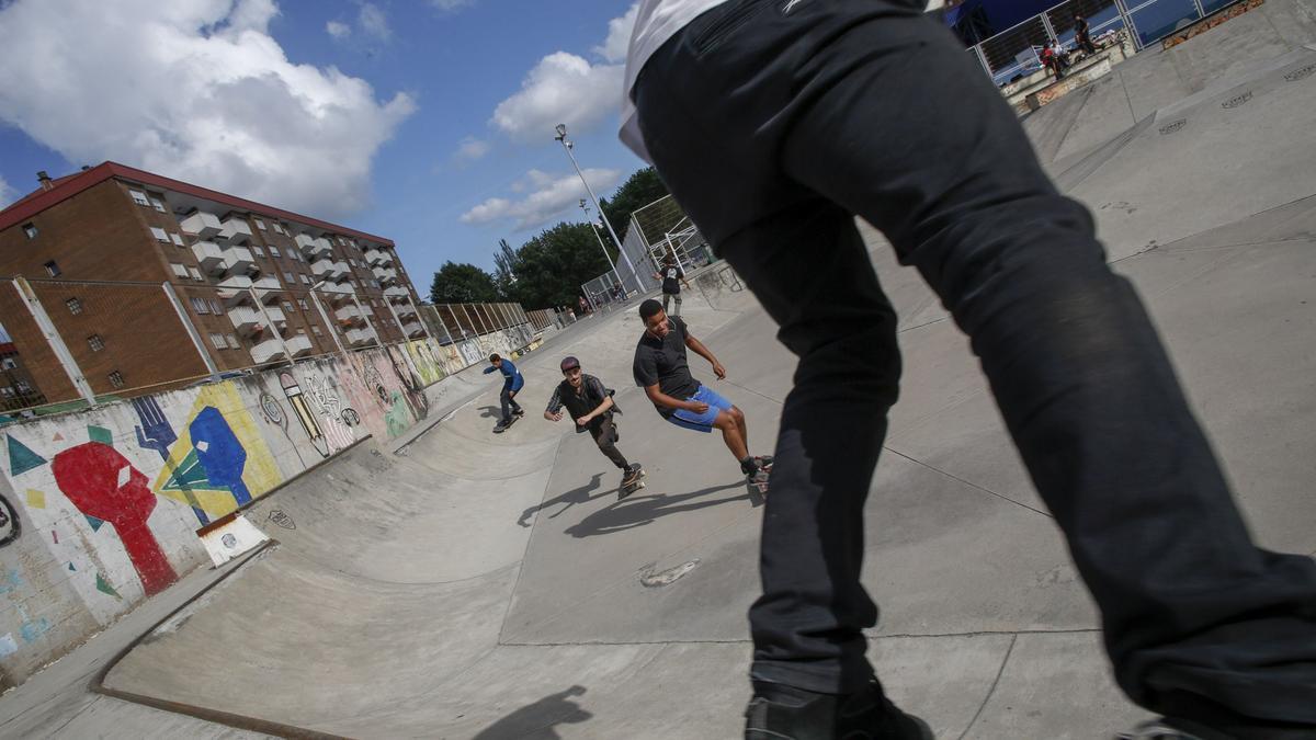Chavales patinando en la pista de La Magdalena