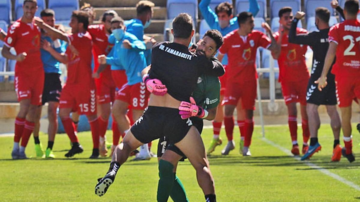 Los jugadores del 'Támara' celebran el empate logrado ayer en el Nuevo Colombino sobre la bocina. | | JOSUÉ CORREA/HUELVA INFORMACIÓN