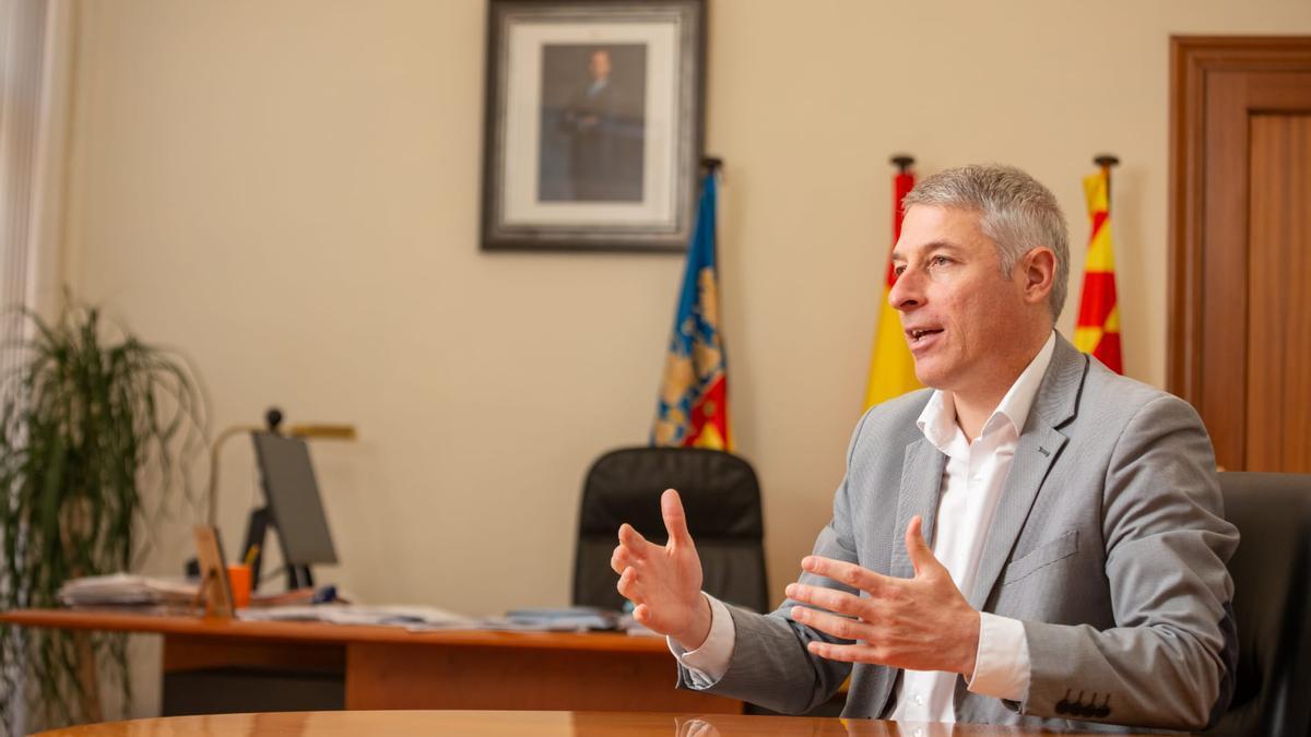 El alcalde de Oliva, David González, en su despacho del ayuntamiento