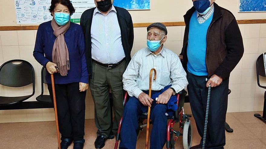 Cuatro hermanos nonagenarios dan esperanza a la vacuna en Anna