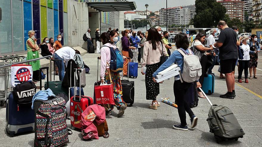 Con las maletas a la estación ferroviaria de Guixar para coger... el bus