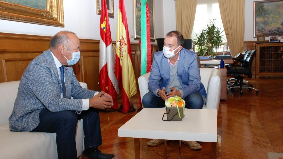 Barrios (izquierda) y Requejo, reunidos para fijar la postura del equipo de Gobierno respecto a la petición a Renfe