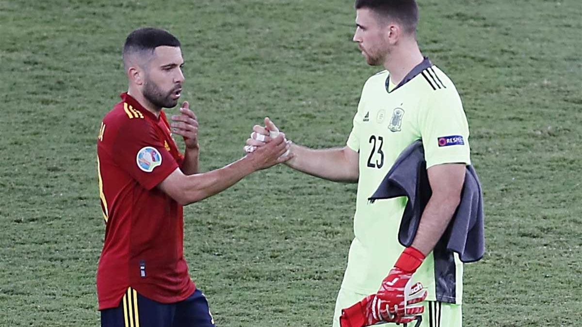 Jordi Alba saluda a Unai Simón a la conclusión del partido.