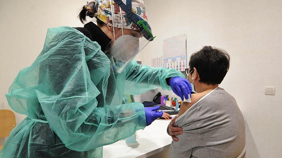 Los profesionales del centro de salud de A Estrada recibieron ayer la vacuna. |  // BERNABÉ/JAVIER LALÍN