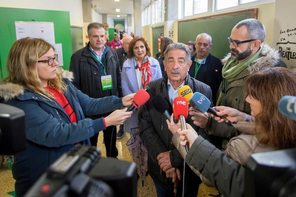 Miguel Ángel Revilla votando