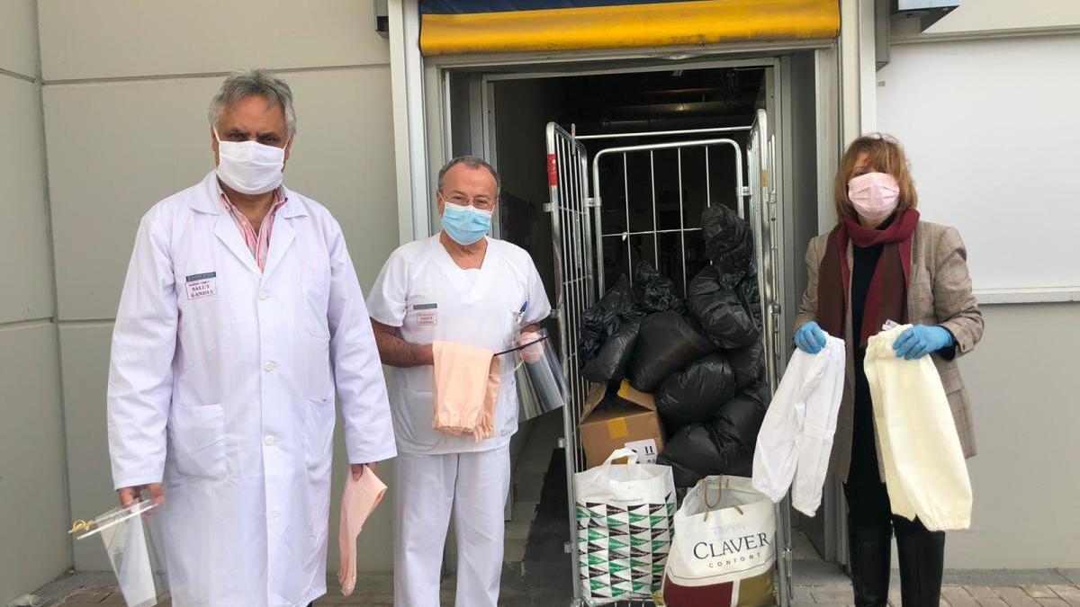 La concejala Liduvina Gil, con responsables del hospital de Gandia, en una donación de material.