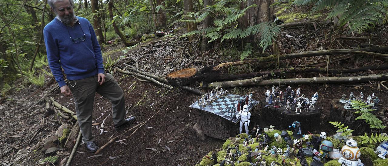 Miguel Ángel Álvarez, en el bosque mágico de Corias de Pravia y, en detalle, algunas de las miles de figuras que hay por todos lados.    Ricardo Solís