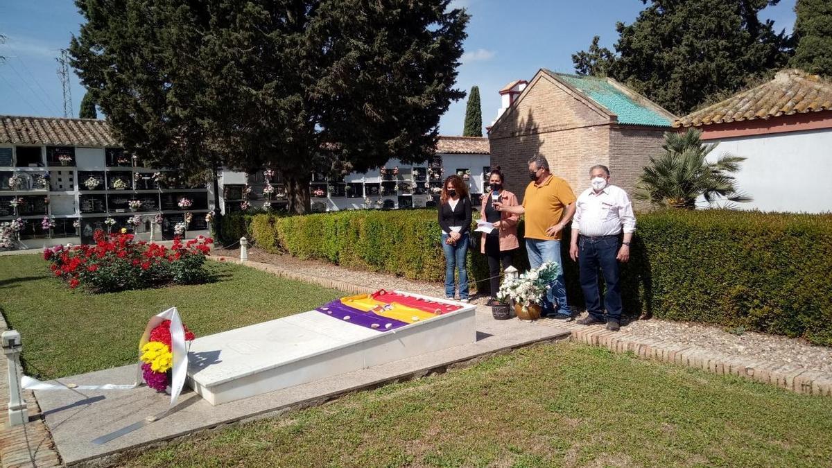 Ofrenda floral en el cementerio de Palma para conmemorar la Segunda República.