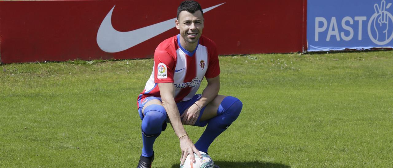 Javi Fuego, durante su presentación como jugador del Sporting, en su segunda etapa en Gijón