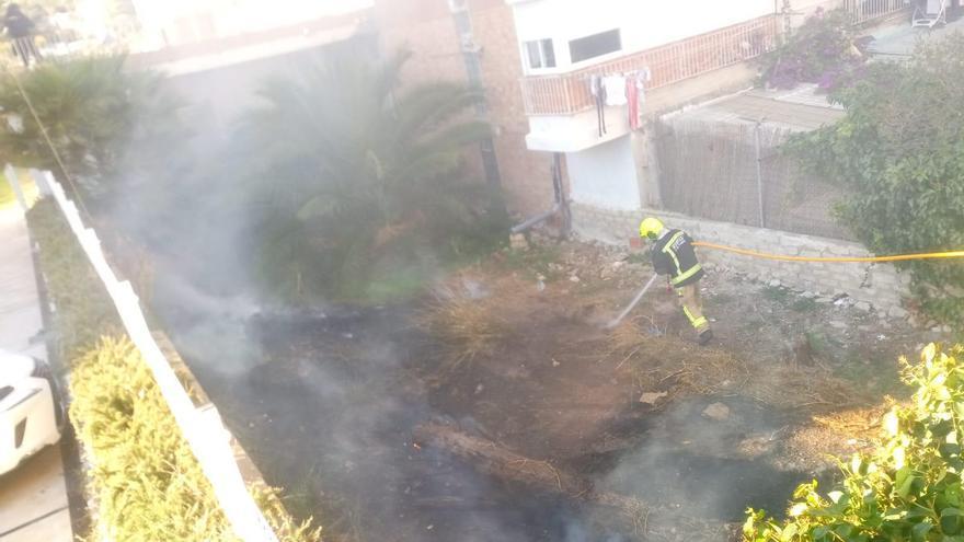 El incendio del jardín de una urbanización de la playa de San Juan se extiende a un solar de matorrales