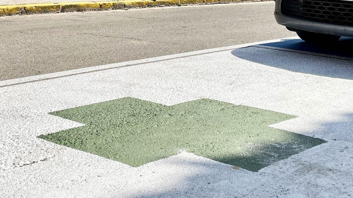 La plaza con la cruz verde pintada