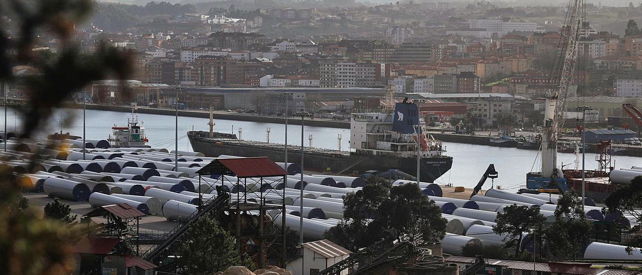 El muelle de Valliniello, lleno de tramos de torres eólicas listos para su embarque. | Mara Villamuza
