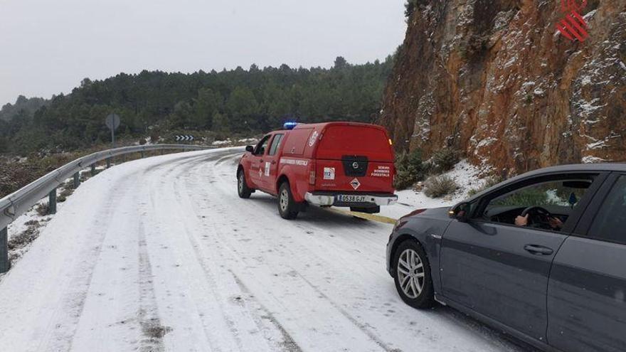 Auxilian a varios coches atrapados por el hielo entre Bejís y Viver