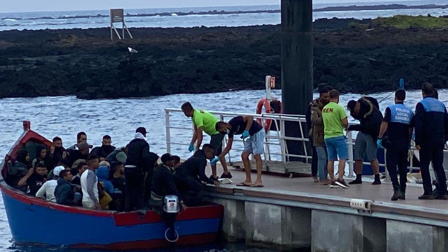 Inmigrantes desembarcan de una patera en un pantalán del puerto de Órzola, en Lanzarote (14/10/2021)