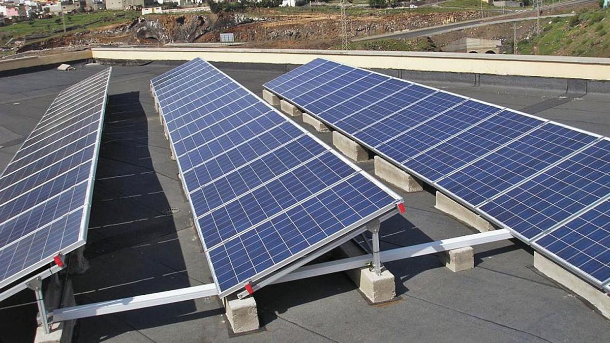 Placas solares en una azotea.