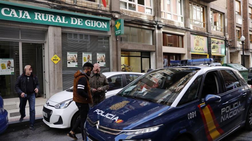Un hombre asalta un banco en la calle Dindurra de Gijón y se da a la fuga