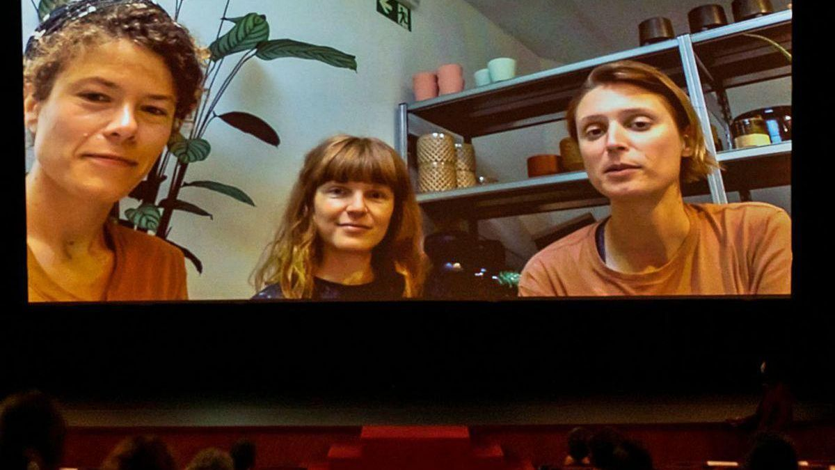 """En la pantalla, Sofie Benoot, Isabelle Tollenaere y Liesbeth De Ceulaer, realizadoras de """"Victoria""""."""